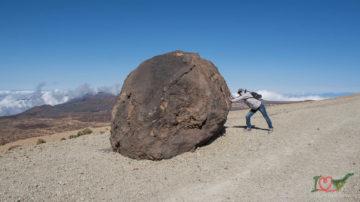 Такие гигантские валуны вылетали из кратера при извержении