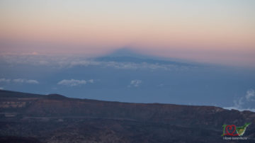 Тень Тейде на закате над Гран Канарией